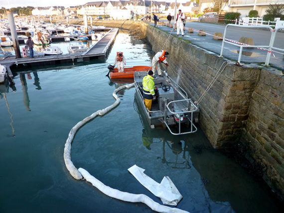 Clean-up in a harbour, January 2012. © Cedre.