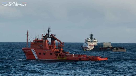 The Spanish tug and the VN Partisan searching for oil slicks