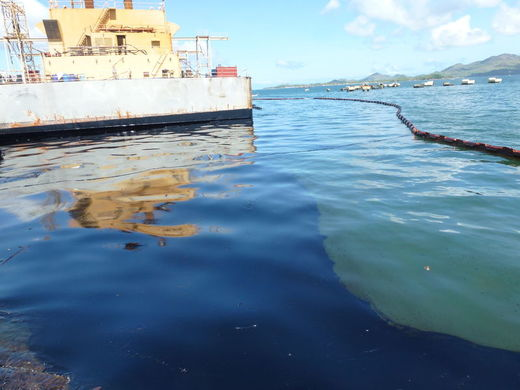 Pollution en mer et barrage flottant mis en place autour de la barge