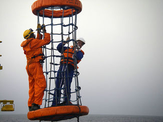 Transferring personnel to an offshore platform