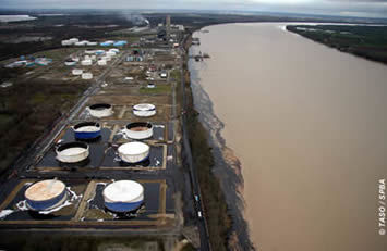 Aerial view of the oil depot and the slick on the Garonne, on 12/04/07.