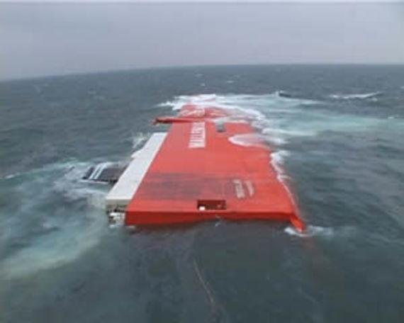 Survol en hélicoptère de l'épave (Source Marine nationale)