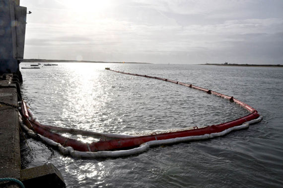 Booms deployed in the Ria d'Etel, December 2011. © Cedre.