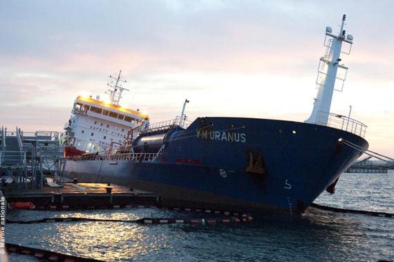 Le YM Uranus à quai à Brest. © Marine nationale.