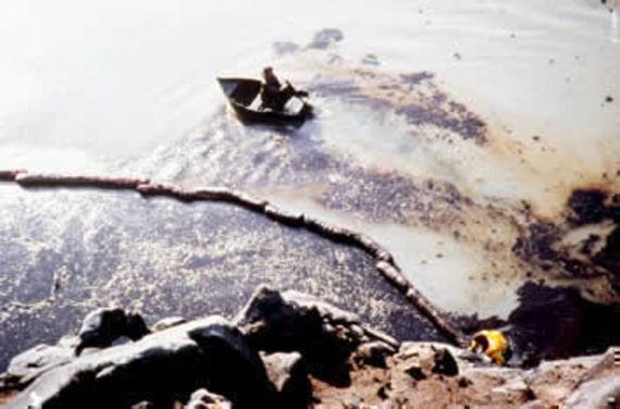 Chantier de récupération du pétrole sur le littoral. © Cedre