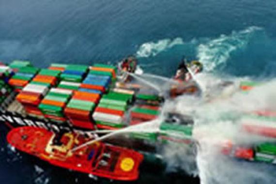Intervention des bateaux pompe après la collision de l'Ever Decent avec le Norwegian Dream (source : Maritime and Coastguard Agency)