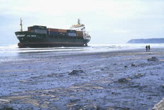 La plage souillée par le fioul du Kini Kersten