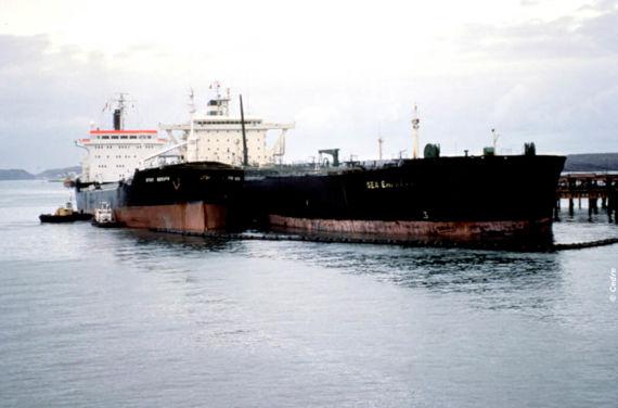 Le Sea Empress en cours d'allègement à Herbrandston Jetty (Source : Cedre)