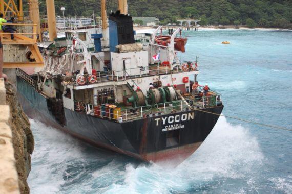 Le Tycoon contre le quai (Source :