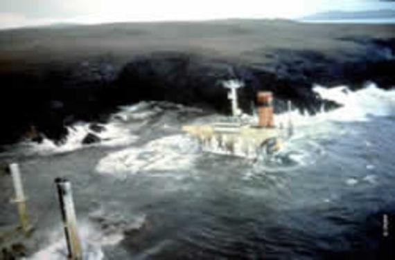 Le Braer livré à une mer déchaînée