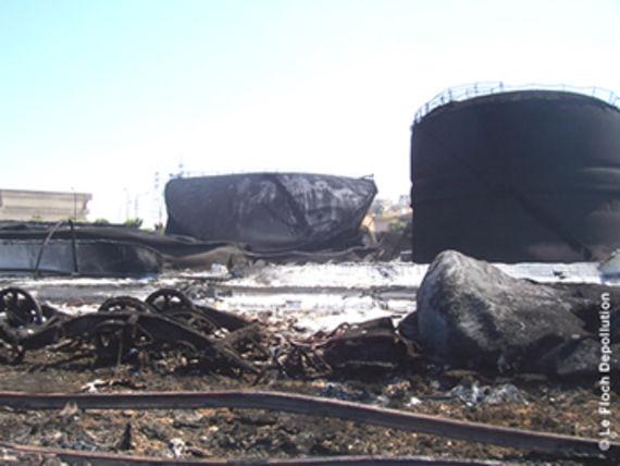Cuves de stockage de la centrale de Jiyeh suite aux bombardements en juillet 2006