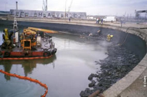 Opération de nettoyage dans le port du Havre