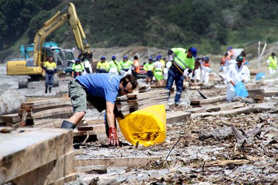 Nettoyage du littoral après arrivages de débris, janvier 2012