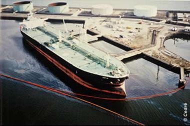 Photo aérienne de la pollution du Katja dans le port du Havre