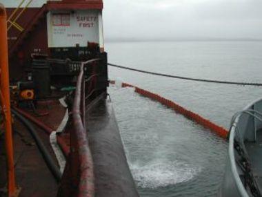 Barrage déployé autour du cargo