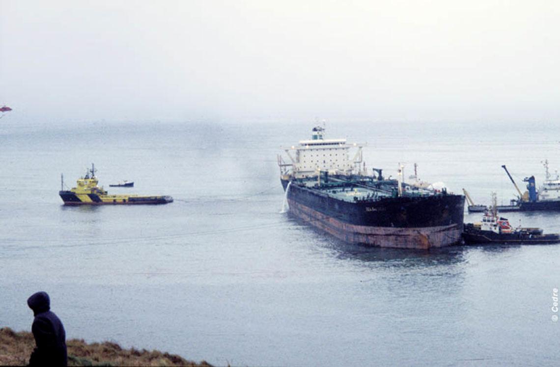 Le Sea Empress échoué devant Mildford Haven (Source : Cedre)